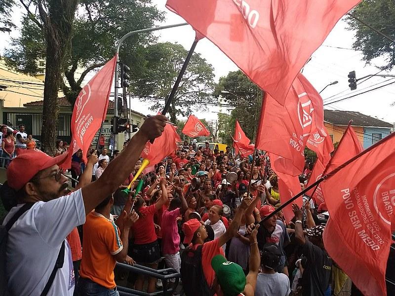 Militantes do MTST em frente ao Sindicato dos Metalúrgicos na manhã desta quarta-feira (4)