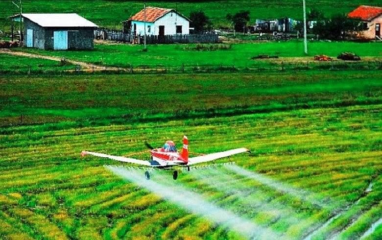 Pulverização aérea avança sobre casas de trabalhadores rurais; ventos espalham gotículas de veneno, contaminação e doenças