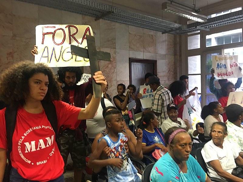 Mais de 70 pessoas atingidas pelo projeto da Anglo se manifestaram em BH, na última segunda (11)