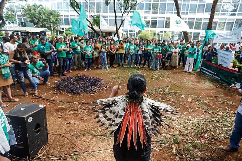 Manifestantes reunidos em ato na porta do Ministério do Meio Ambiente (MMA), em Brasília