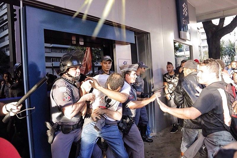 Após as prisões, a Tropa de Choque cercou o prédio. As três faixas da Paulista, antes ocupadas, logo foram liberadas.