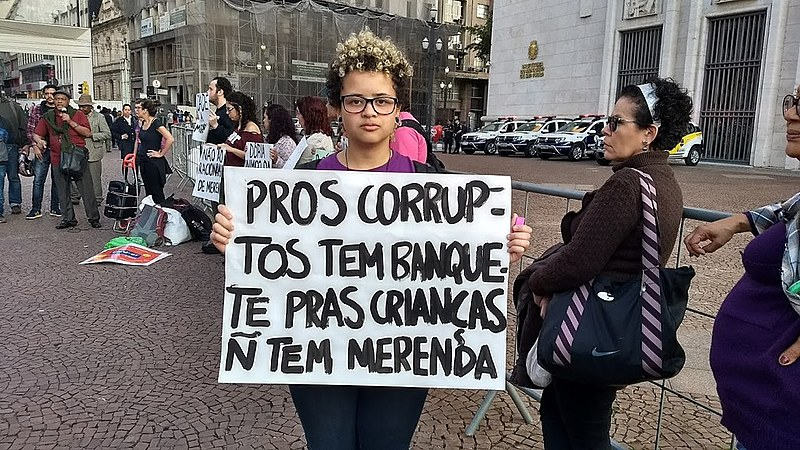 Estudante durante protesto contra o racionamento de merenda em São Paulo