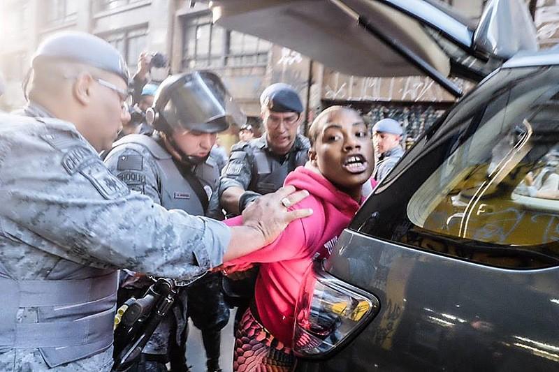 Manifestantes sendo detidas na região central de São Paulo pela Polícia Militar