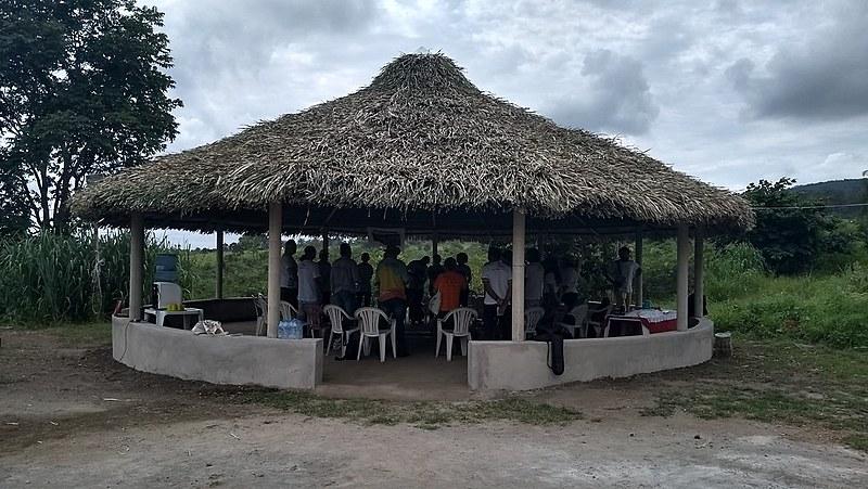 A tenda no meio da comunidade foi erguida para atividades culturais e momentos de cuidado, como as reuniões das mezinheiras
