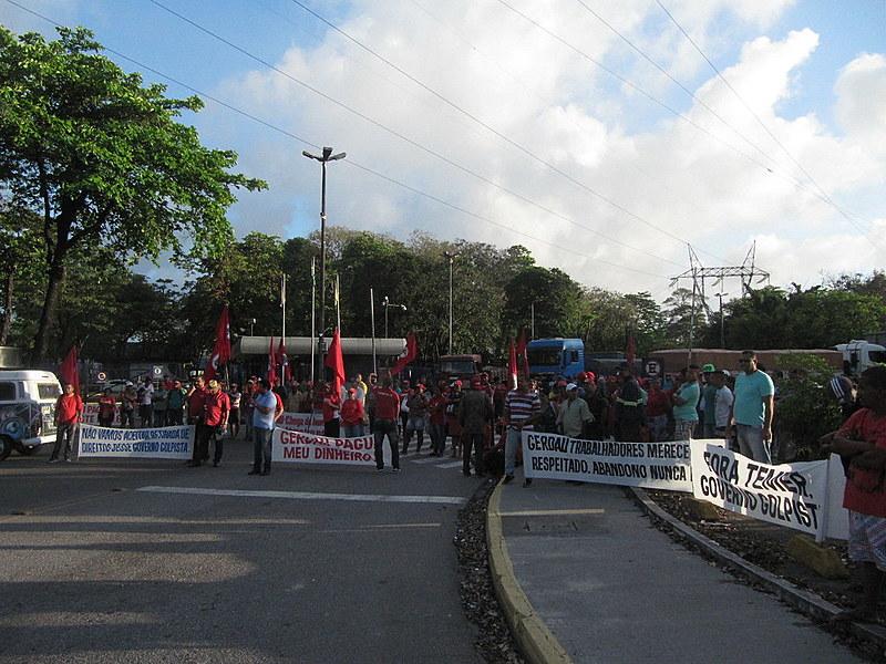 Manifestantes bloqueiam entrada da fábrica da Gerdau/Açonorte em Recife