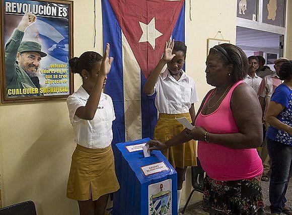 Jovens estudantes fazem a guarda das urnas eleitorais durante votação