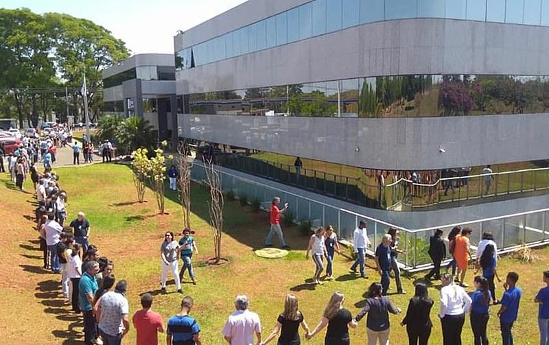 pesquisadores e servidores abraçam o prédio do CNPq, no dia 16 de outubro, em resposta à possibilidade de fusão com a Capes.