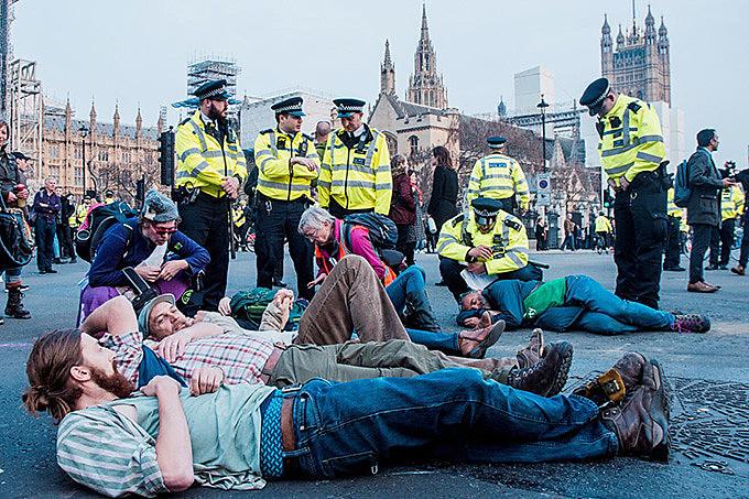 Manifestantes ocupam as vias no entorno do parlamento de Londres para declarar urgência na crise climática.