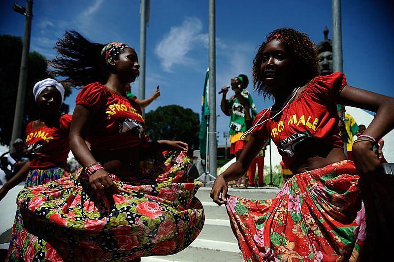 Grupo Afro Imalê Ifé dança na celebração do Dia da Consciência Negra no monumento a Zumbi dos Palmares, em 2014