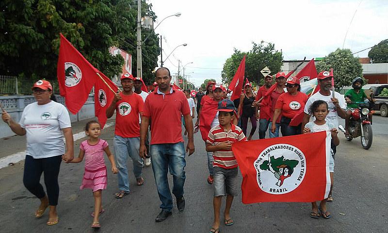No município de Bom Jesus de Lapa, os trabalhadores saíram em marcha pelo centro da cidade até a sede local da Codevasf