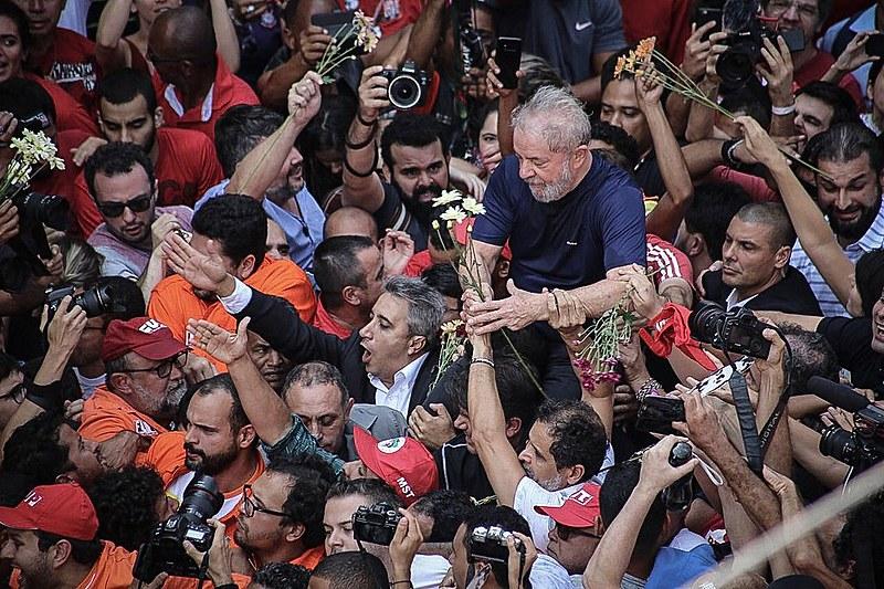 Lula dejó el acto llevado en brazos por el pueblo