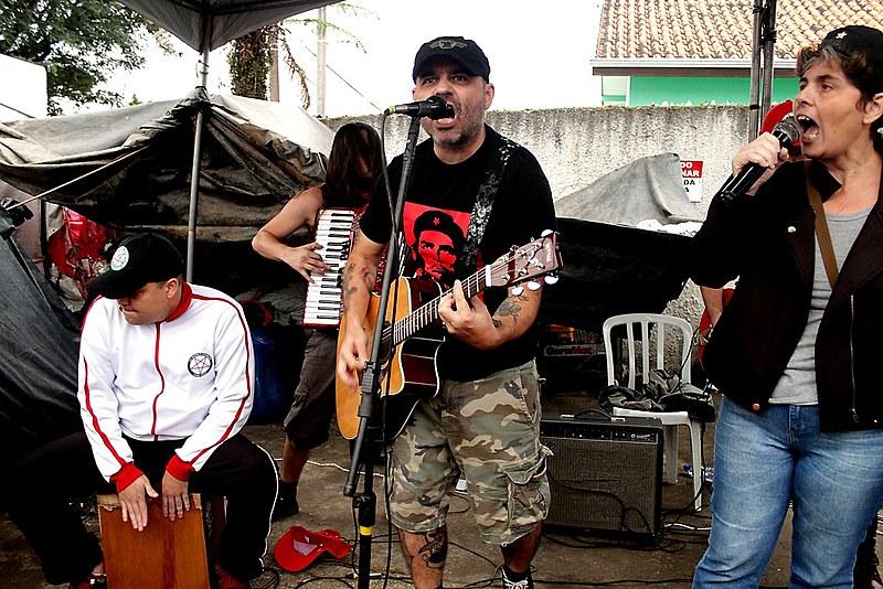 Partigianos se apresenta no acampamento Lula Livre