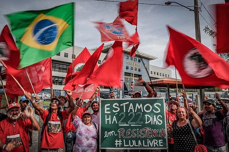 Manifestantes da Vigília Lula Livre prestam solidariedade ao presidente Lula nesta quarta-feira (14/11) em Curitiba.