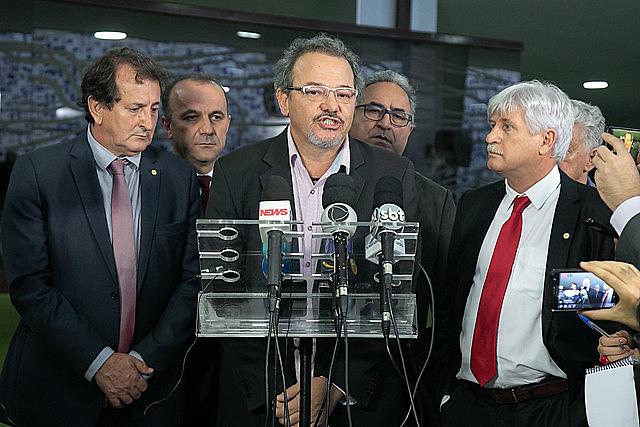 Representante del Proyecto Salud y Alegría y parlamentarios de oposición concedieron rueda de prensa sobre el tema en el Congreso