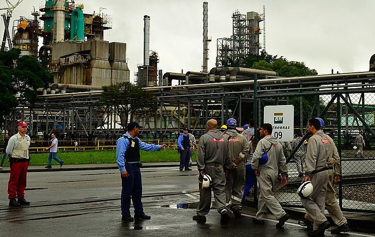 Venda de subsidiárias está na contramão de tendência mundial entre grandes empresas petrolíferas
