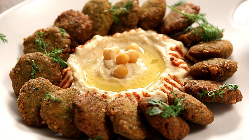 Falafel é um bolinho frito de grão-de-bico bem temperado, prato típico árabe