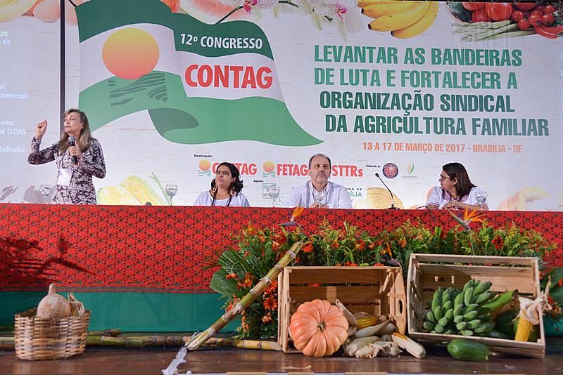 A coordenadora do movimento Auditoria Cidadã da Dívida, Maria Lúcia Fatorelli, fala na mesa de debate do congresso da Contag