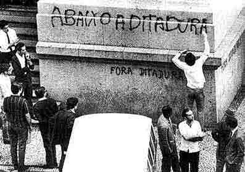 Primeira edição foi lançada em 1981 e analisa o padrão de dominação e exploração durante o  período da ditadura militar