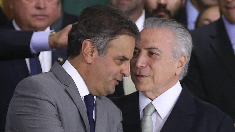 Aécio Neves (PSDB), afastado do cargo de Senador, e o presidente golpista, Michel Temer (PMDB)
