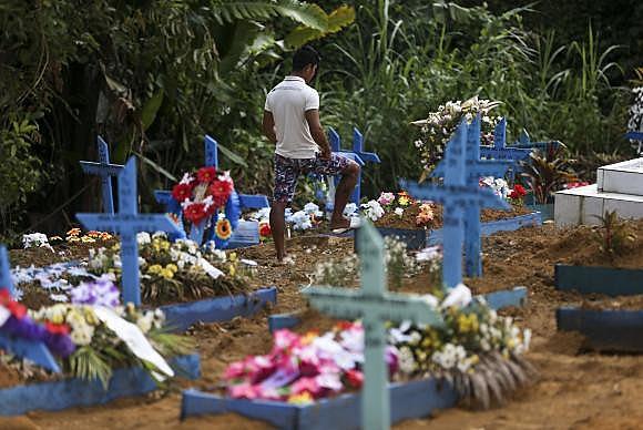 Quadra 34 do Cemitério Parque Tarumã, onde estão enterrados os detentos mortos na rebelião do Complexo Penitenciário Anísio Jobim