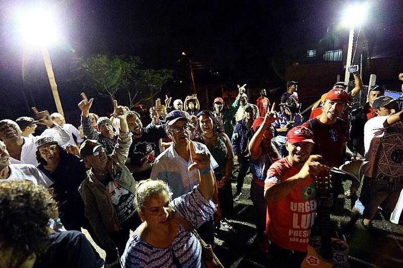 Vigília Lula Livre resiste há 187 dias em frente à Polícia Federal, onde Lula é mantido preso sem provas