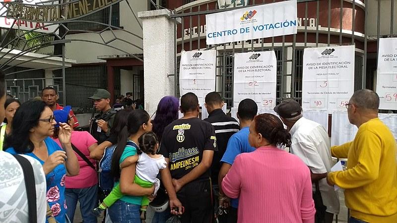 Desde o começo da manhã, milhares de venezuelanos comparecem aos centros de votação para eleger seu candidato constituinte