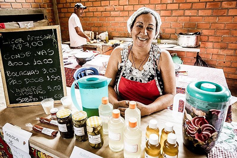 Integrante do coletivo de mulheres, Teresa Camargo participa da Jornada de Agroecologia com a venda de produtos produzidos pelo grupo