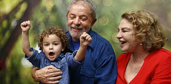 Lula abraça Arthur, que faleceu aos 7 anos devido a uma meningite meningocócica
