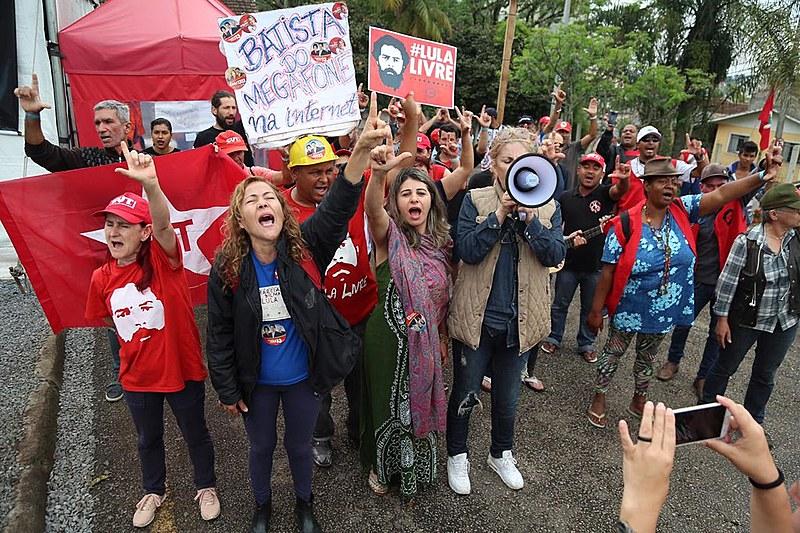 Vigília em apoio ao ex-presidente Lula completa 180 dias em frente à sede da Polícia Federal, em Curitiba