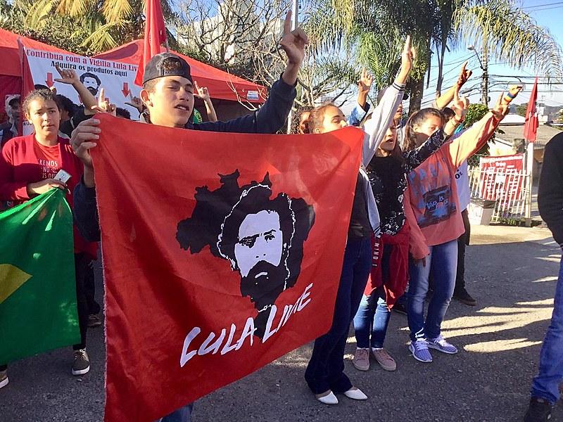 Vigília Lula Livre durante o ato do ''Bom dia presidente Lula'', resistência chega a 480 dias em Curitiba (PR)