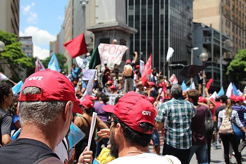 Manifestantes se reúnem no centro de Belo Horizonte