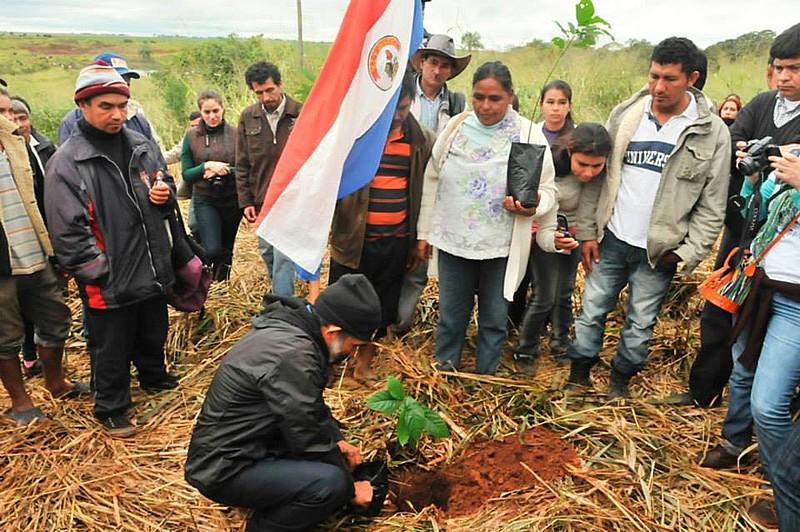 Camponeses paraguaios lembram morte de 11 companheiros plantando árvores em Curuguaty, estopim da crise no país