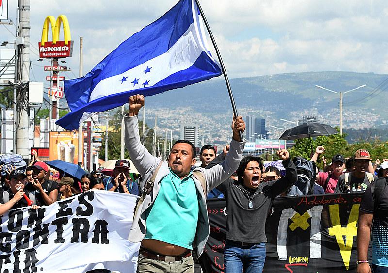 Milhares de manifestantes saíram às ruas protestando contra as políticas neoliberais