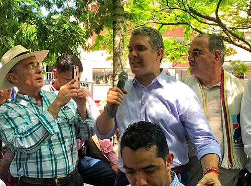 """Iván Duque, afilhado político de Álvaro Uribe, significa a manutenção do regime de """"um partido, duas cabeças"""""""