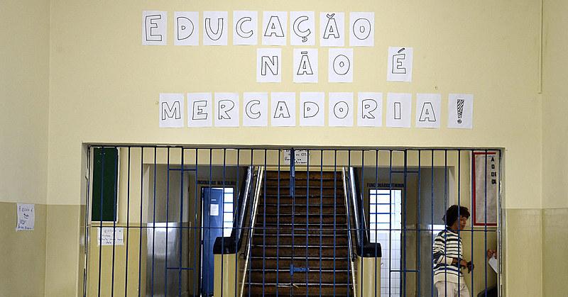 """""""É certo que existem problemas muito sérios com nosso sistema público de ensino, mas militarizar e terceirizar não são solução"""", diz postagem da página Secundaristas em Luta - GO"""