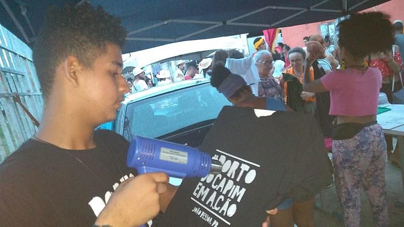 Confecção das blusas  Atividade do coletivo de jovens da Comunidade Garças do Sanhauá - Ocupa Porto (30/03)