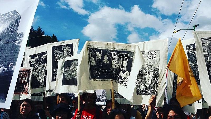 Milhares de pessoas saem às ruas da capital federal do México para garantir a sobrevivência da memória dos desaparecidos pelo Estado
