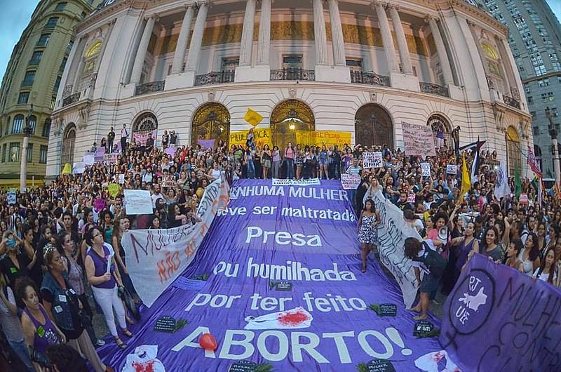 Em protesto, mulheres reivindicam, no Rio de Janeiro (RJ), a descriminalização do aborto