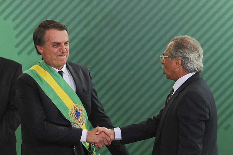 Presidente eleito, Jair Bolsonaro (esq.) cumprimenta o ministro Paulo Guedes (dir.) no dia da posse