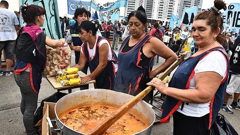 """Panelas populares: voluntárias distribuem sopas durante o primeiro dia da campanha """"Fome não"""""""