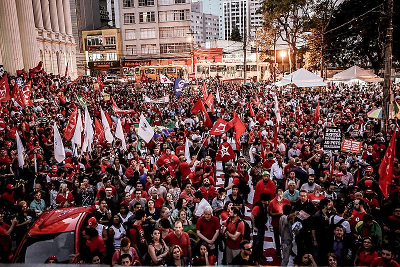 Manifestação do dia 18 de março pela democracia e contra o golpe, em Curitiba (PR)