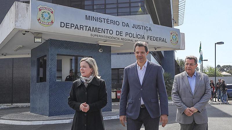 Gleisi Hoffmann, Fernando Haddad e Emidio de Souza, em vista ao ex-presidente Lula, na Polícia Federal de Curitiba