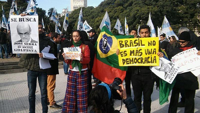 """Se apostaron cientos de manifestantes con carteles con consignas como """"Se busca: José Serra, canciller impostor de Brasil golpista"""""""