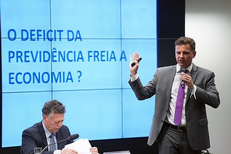 """""""População está com ideia errada de que está se tirando dos riscos pra dar pros pobres"""", afirma ex-banqueiro Eduardo Moreira sobre reforma"""