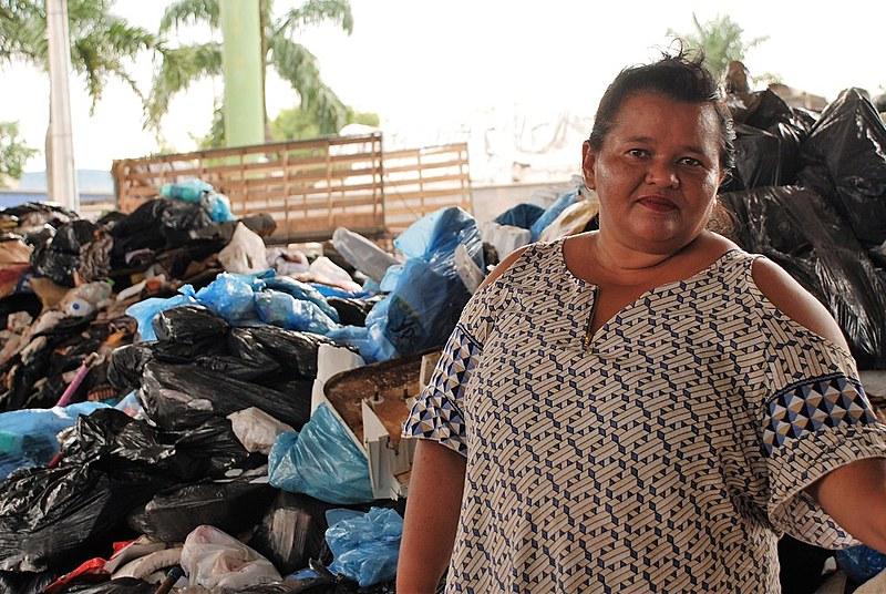A catadora de materiais reciclável Lúcia Fernandes, que participa de uma cooperativa desde 2008
