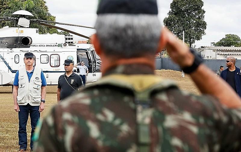 """Jair Bolsonaro (PSL) é recebido por militares: """"A rigor, não parece haver perigo real e imediato de uma tentativa de autogolpe"""""""