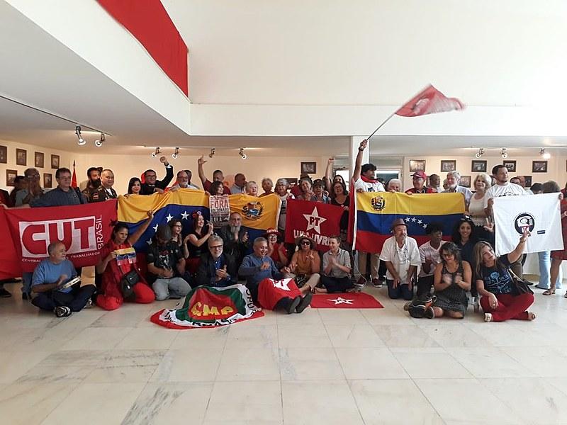 Representantes de segmentos populares reunidos em ato na Embaixada da Venezuela, em Brasília (DF)