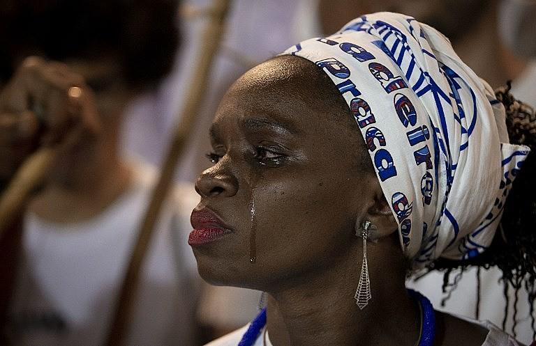 Mulher chora durante ato em homenagem ao mestre Moa do Katendê, assassinado por um apoiador de Bolsonaro