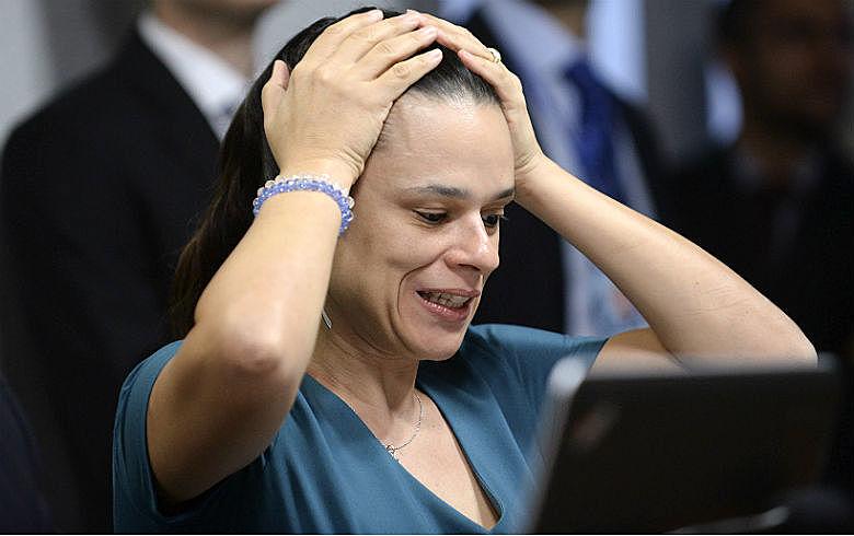 Sem ouvir especialistas, apenas com argumentos levantados por ela mesma, Janaína quer aprovar PL sem debate nenhum