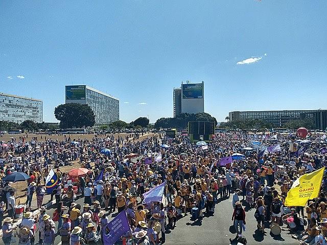 Cerca de cem mil mulheres do campo e da cidade saíram do Pavilhão do Parque da Cidade em direção à Esplanada dos Ministérios